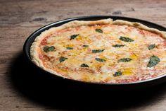 Porque fazer a própria pizza traz uma sensação inexplicável. Dá pra se sentir o dono do mundo ;)