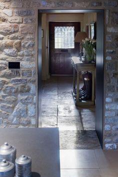 Stary zabytkowy dom, zbudowany z lokalnego kamienia, został powiększony o kuchnię i przeszkloną jadalnię. Dobudowana część jest nowoczesna i prosta, a to co stare zostało odrestaurowane, więc dom zachował swój pierwotny charakter. W rozbudowanej części kamienna elewacja pozostała jako ściana