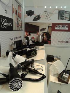 Algunos de los productos exhibidos en la feria: secadores de Corby, Radio relojes de Philips e iHome, Bandejas de bienvenida de Corby, etc.
