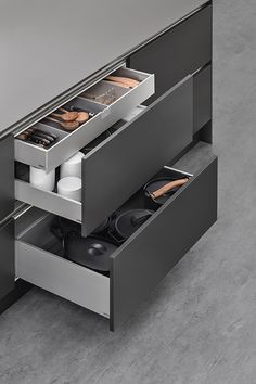 SieMatic's new sliding drawer system Luxury German kitchen brand SieMatic have introduced a new and improved kitchen drawer organization system to their Kitchen Room Design, Kitchen Cabinet Design, Home Decor Kitchen, Interior Design Kitchen, Kitchen Furniture, Kitchen Layout, Kitchen Ideas, Kitchen Drawer Organization, Kitchen Drawers
