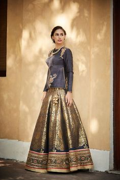 When you have Banarasi silk lehenga, you don't need too much else! And these latest Banarasi lehenga designs are going to prove just that! Sari Blouse, Indian Attire, Indian Wear, Indian Style, Indian Ethnic, Saris, Ethnic Fashion, Asian Fashion, Indian Dresses
