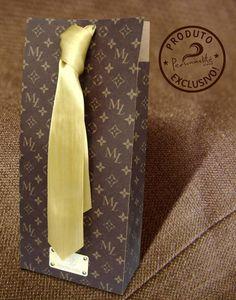 Embalagens para bebidas Baby, produzida em papel Kraft, impressão personalizada estilo Louis Vuitton, aplicação de ilhós e fechamento com fita de cetim.  Personalizamos para qualquer ocasião. Ótima opção para presentes corporativos, lembranças para padrinhos e o que a sua criatividade mandar.  O PRAZO PARA PRODUÇÃO INICIA-SE APÓS A CONFIRMAÇÃO DO PAGAMENTO.  Quantidade Mínima para pedidos: 10 unidades  Obs.: Pode haver pequena variação de cor, de acordo com a configuração e modelo do…