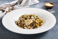Chicken and Mushroom Pasta in a bowl Best Pasta Recipes, Chicken Pasta Recipes, Garlic Recipes, Spaghetti Squash Noodles, Pesto Zucchini Noodles, Tasty Noodles Recipe, Creamy Macaroni And Cheese, Garlic Pasta, Whole Wheat Pasta