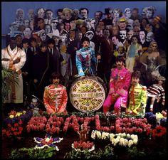 """George Harrison, Paul McCartney, Ringo Starr e John Lennon, em 1967, fotografados no estúdio por Michael Cooper enquanto aguardam pela sessão oficial de fotos para a capa do álbum """"Sgt. Pepper's Lonely Hearts Club Band"""". Veja também: http://semioticas1.blogspot.com.br/2012/05/travessia-em-abbey-road.html"""