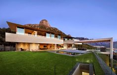 Casa con vistas al mar y la montaña / SAOTA
