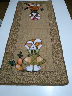 Trilho de Mesa de Páscoa para deixar sua mesa ainda mais linda para aguardar a chegada do Coelho.    Com aplicação de coelho e coelha em patch apliquê e coma técnica de quilt.    Produzido com tecidos Tricoline 100% algodão Easter Crafts, Crafts For Kids, Cat Sweaters, Tablerunners, Quilted Table Runners, Sewing Box, Table Toppers, Quilt Making, Happy Easter
