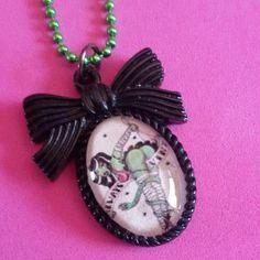 Collana ciondolo cammeo #pinup #rockabilly #necklace #collier #zombie #livingdead #halloween #13 #horror #cammeo #ballchain #handmade #gothic #goth #dark #resin #bow #black #resina #ciondolo #charm #splatter #blood #sangue #pipistrello #bat #collana