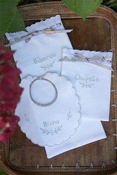 bambamaravaca.com Set de babero personalizado con el nombre de tu bebé y de fundas para guardar el chupete y el biberón