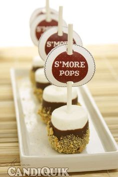 Easy S'more Pops 2 ways. Perfect for the of July Easy S'more Pops 2 ways. Perfect for the of July Bonfire Birthday Party, Birthday Snacks, Bonfire Parties, Birthday Ideas, Third Birthday, Cowgirl Cakes, Smores Cake, Campfire Food, Seasonal Food