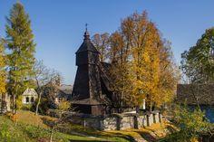 Medzi najstaršie chrámy patria gotickým slohom ovplyvnené rímskokatolícke kostoly (na obrázku Hervartov). Tower, Cabin, House Styles, Building, Travel, Harvard, Rook, Viajes, Computer Case