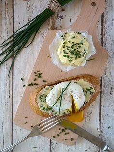 DIY-Anleitung: Röstbrot mit pochiertem Ei und Schnittlauchbutter selber machen / egg recipe: toast with poached egg and herb butter via DaWanda.com