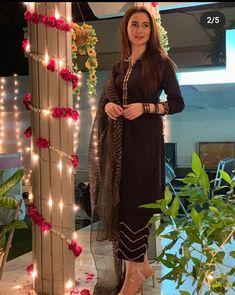 Black Pakistani Dress, Simple Pakistani Dresses, Pakistani Dress Design, Simple Kurti Designs, Stylish Dress Designs, Kurta Designs, Dress Indian Style, Indian Fashion Dresses, Indian Designer Outfits