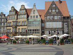 El edificio del Ayuntamiento es una estructura gótica de fachada renacentista muy llamativa. Frente a él, en la Plaza del Mercado, se alza uno de los monumentos mas importantes de Bremen -ALEMANIA