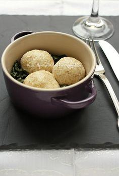 Polpette di ricotta Schiacciare 300 g ricotta con una forchetta, aggiungere una manciata generosa di parmigiano grattugiato, regolare di sale ed incorporarvi l'uovo: a questo punto aggiungere il pangrattato. Formare le polpette della grandezza desiderata. Scaldare un tegame con un filo d'olio e uno spicchio d'aglio, quindi adagiarvi le polpette, aggiungere dell'acqua (fino a metà altezza delle polpette), il prezzemolo e portare a cottura