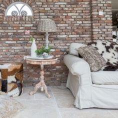 Travertin mix vloer groot romaans verband in combinatie met schoon metselwerk muur van oude metselstenen. Old bricks combined with travertine flooring   Kersbergen.nl