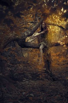 The girl blended with the forest, as if she were a walking stick on a tree branch. Is she a creature of the forest or a cleverly diguised nymph from another dimension ? Foto Fantasy, Fantasy Art, Fashion Fotografie, Art Magique, Wood Nymphs, Fantasy Photography, Beauty Photography, Mystique, Conte