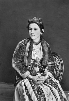 A Pontic Greek woman in traditional costume. Late-Ottoman era, ca. Greece Costume, Ancient Greek Clothing, Greek Dress, Empire Ottoman, Caucasian People, Peter The Great, Greek Culture, Smart Outfit, Photographs Of People