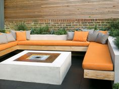 Love the minimalist furniture with a living border from HGTV.Ever-decreasing outdoor space is forcing gardeners and designers to develop creative new solutions. An outdoor living room helps you maximize your garden space for dual use. Fire Pit Bench, Fire Pit Swings, Garden Fire Pit, Fire Pit Backyard, Big Garden, Backyard Patio, Outdoor Spaces, Outdoor Living, Outdoor Decor