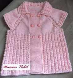 This Pin was discovered by mün Baby Knitting Patterns, Bebe Baby, Baby Coat, Knitted Baby Blankets, Baby Models, Baby Cardigan, Baby Sweaters, Baby Booties, Baby Outfits