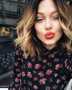 Fab Fashion Fix Red kisses from Caroline Receveur. Caroline Receveur Hair, Celebrity Hairstyles, Cool Hairstyles, Corte Y Color, Haircut And Color, Good Hair Day, Gorgeous Hair, Beautiful, Hair Dos
