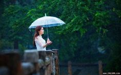 Cầu vồng sau mưa   Cơn mưa vẫn rơi cô vẫn đứng đó mặc gió lạnh cùng vài hạt mưa theo gió phả vào làm ướt đôi vai mảnh mai. Có lẽ chỉ có những lúc như vậy cô mới có thể cởi bỏ vỏ bọc mạnh mẽ của mình đem nỗi đau trong lòng thể hiện ra. Mưa sẽ che mờ mọi thứ bao gồm cả lòng người trong tim cô có mưa một cơn mưa không dứt suốt bốn năm âm thầm rơi thay cho nước mắt cô giấu đi và niềm đau khi đánh mất anh.  Ảnh minh họa  Mái hiên tí tách tiếng mưa rả rích không ngừng như một khúc nhạc buồn miên…
