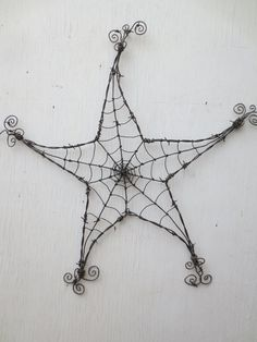 Barbed Wire Star Spider Web Garden Decoration or Trellis Stacheldraht Star Spider Web Gartendekorati Spider Art, Spider Webs, Wire Trellis, Garden Trellis, Barbed Wire Art, Art Fil, Idee Diy, Chicken Wire, Wire Crafts