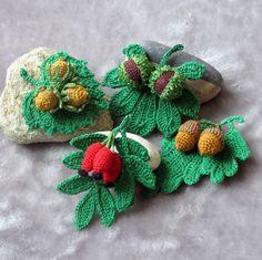 Podzimní plody-brože Uháčkované z bavlny,vzadu je přišit brožový můstek. Jsou mírně naškrobené.Vhodné na šálu,čepici,svetřík, sako nebo třeba kabelku. Crochet Leaf Patterns, Crochet Leaves, Knitted Flowers, Fabric Flowers, Crochet Stitches, Crochet Fruit, Crochet Pumpkin, Crochet Patron, Irish Crochet