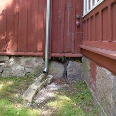 Kuvassa näkyy vedenohjauksen ehkä oleellisin lenkki - ja samalla se unohdetuin. Vedenohjaushan on ketju jossa katon vedet ensin kerätään ränneillä katon kulmiin ja tuodaan sieltä alas hallitusti syöksyputkilla tai ketjuilla talon nurkalle. Eli nyt meillä on kylpyammeellisia vettä talon perustusten tärkeimpien kohtien eli nurkkien vieressä mitä tehdään? Valitettavan usein vastaus on ei mitään. Sitten ihmetellään perustusten routavaurioita ja liikkumisia kun ne on epähuomiossa aiheutettu itse…