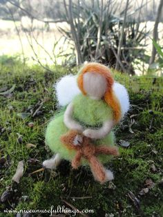 Little needle felt fairy with a teddy bear. Piccola fatina con l'orsacchiotto, feltro ad ago.