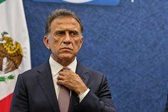 Miguel Ángel Yunes Linares, quien en breve tomará posesión como gobernador de Veracruz, está siendo investigado por la PGR a raíz de denuncias según las cuales cuando dirigía el ISSSTE sacó de ahí recursos para que él y su familia compraran, de manera indebida, una escandalosa cantidad de inmuebles. Lo curioso es que la listaLeer más