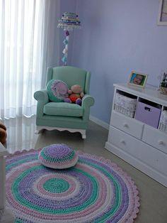 Habitación de nena con alfombra de 1.50 mt de diámetro y almohadones. Por Las Totoras Alfombras.