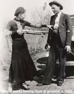 History's most amazing pictures - Socialphy Bonnie mocks holding Clyde at gunpoint 1933