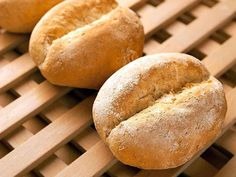 Onmisbaar bij het ontbijt, maar ook bij de warme maaltijd, zijn deze ronde, harde broodjes. Ze heten papo secos en met dit recept maak je ze makkelijk zelf.