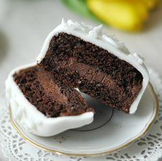 Aki szeret cukrászkodni, előbb-utóbb eljut oda, hogy neki mer állni egy saját készítésű tortának is. Először készítünk egy egyszerűbb süteményt tortaformában, és azt díszítjük, majd a következő alkalommal már akár emeletes, többszintes tortákkal is próbálkozunk, míg aztán azon kapjuk magunkat, hogy minden szülinapra tőlünk rendeli a család a tortát, és már a fondant-os, különleges mintájú tortáktól sem riadunk vissza.