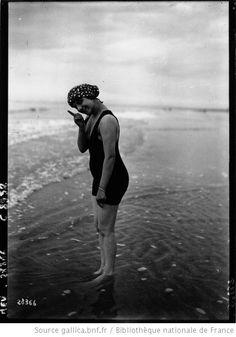 A Trouville et Deauville, baigneuses : [photographie de presse] / Agence Meurisse - 1912