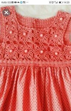 Vestidos para Bebés y Nenas con Canesú en Crochet y Tela | Otakulandia.es Toddler Dress Patterns, Crochet Baby Dress Pattern, Crochet Yoke, Baby Cardigan Knitting Pattern, Knitted Romper, Cute Crochet, Baby Knitting Patterns, Beautiful Crochet, Crochet Toddler