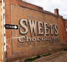 Old Advertisements, Advertising Signs, Old General Stores, Best Way To Advertise, Building Signs, Old Street, Old Signs, Letter Wall, Old Buildings