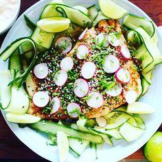Kolla in den här härliga primörlaxen med teriyakisås. Perfekt förrätt till sommarfesten skapad av vår bloggare @fridasfood  http://fridasfood.ellematovin.se/sommarlax-med-asiatiska-smaker-kall-yoghurtsas/, länk i profil.