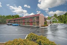 The Econo Lodge Asheville Airport hotel is conveniently located just one mile from the Asheville Regional Airport. Amenities include: Free Coffee, Free Continental Breakfast, Free Wi-Fi, A/C, Cable, Outdoor Pool.