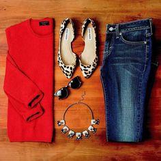 Calças de ganga + camisa vermelha + sapatos tigresa ou camel