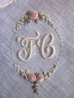 Brazilian Embroidery Elizabeth Hand Embroidery: Rouyer 254 and the variant of knots Embroidery Letters, Silk Ribbon Embroidery, Hand Embroidery Patterns, Vintage Embroidery, Embroidery Art, Cross Stitch Embroidery, Machine Embroidery, Embroidery Designs, Handkerchief Embroidery
