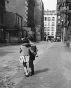 Montmartre, Paris, 1948, a photo by Edouard Boubat. Ah Boubat, Paris , la ville des amoureux... a tout âge, quel tendresse! Merci pour ce moment volé et capté pour toujours...