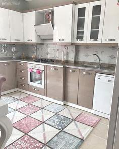 gold home accents Klasik mobilyalar, beyazlara altn vurgusu. Kitchen Manufacturers, Furniture, Home Decor Kitchen, House, Kitchen Decor, Modern Kitchen, Kitchen Furnishings, Classic Furniture, Kitchen Design