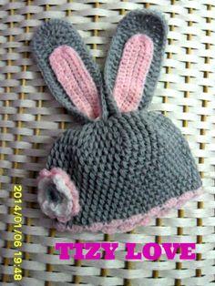cappello modello coniglietto lavorato all'uncinetto