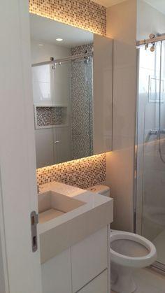 Projeto do banheiro casal elaborado pela Ana Donadio - Banheiro com espelho retroiluminado, pastilhas, bancada com cuba esculpida com o mesmo material do revestimento (porcelanato polido)
