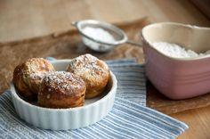 Æbleskiver er noget af det hyggeligste at samles om i efteråret og juletiden. Opskrift på perfekte runde, lækre og luftige æbleskiver med kærnemælk.