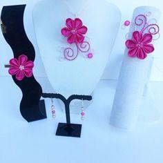 Parure enfant  collier bracelet barrette et boucles fil aluminium rose et fleur de satin rose et rose fushia