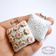 One miniature crochet pillow with little roses (choose the color!), green leaves, and white edge , the back of the pillow is white. Stuffed with little beads in a white cotton case. The beads give some weight to the pillow for a more realistic look. Each one measures 3.5 x 3.5 cm (1 1/2 x 1