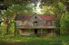 """""""I'm Coming Home"""" Meandering through a cathedral of oaks and pines, the remnants… Abandoned Farm Houses, Old Farm Houses, Abandoned Mansions, Old Buildings, Abandoned Buildings, Abandoned Places, Creepy Old Houses, Unusual Houses, Im Coming Home"""