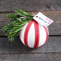 Sometimes gift cards or cash are the perfect gift. Make this bauble and put the gifts inside! (English and German)